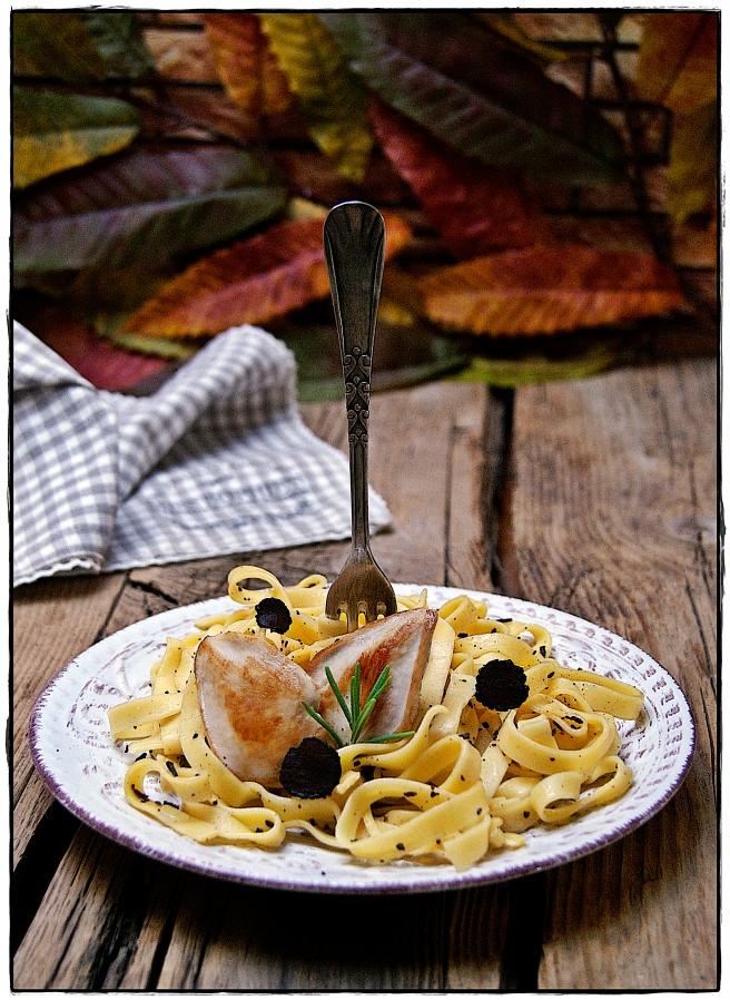 fetuccini con salsa de trufa negra y pechugas de codorniz..JPG